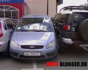 Парковка автомобилей во дворе
