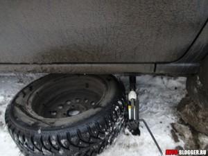 кладем под машину