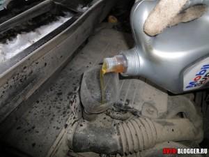 Льем масло в двигатель