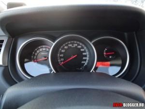 Nissan Tiida, панель приборов