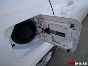 Nissan Tiida, лючок бензобака