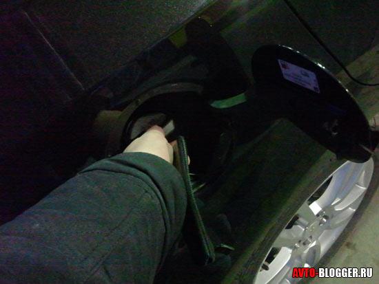 Закрываем крышку бензобака