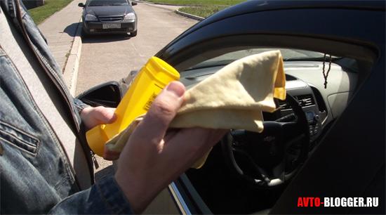 Протираем автомобильной тряпкой кузов