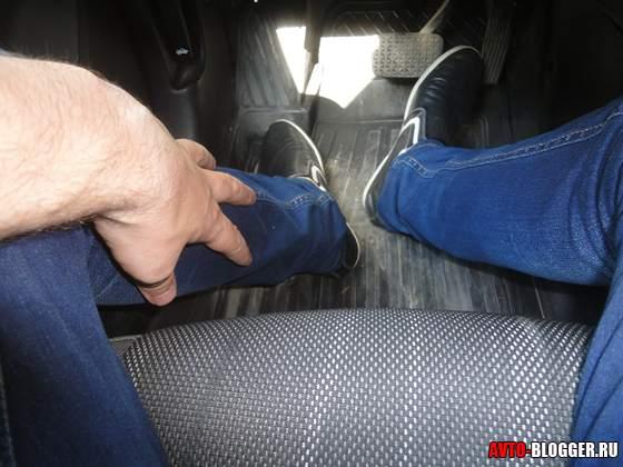 левая нога отдыхает