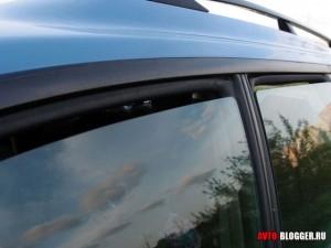 приоткрытое стекло авто