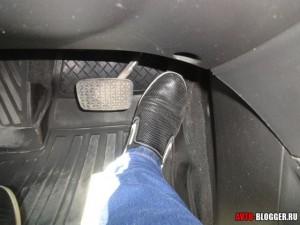 давим на газ автомобиль едет в горку