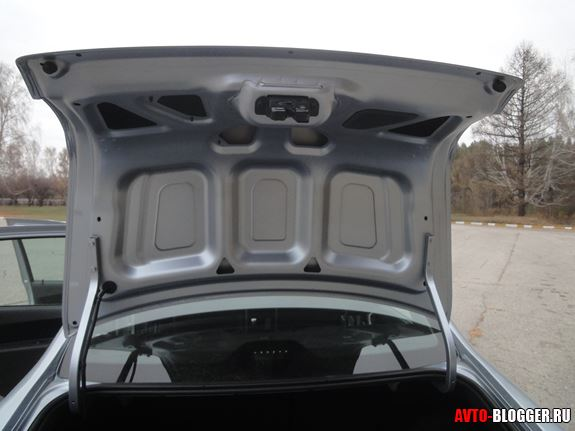 Крышка багажника не отделана снизу
