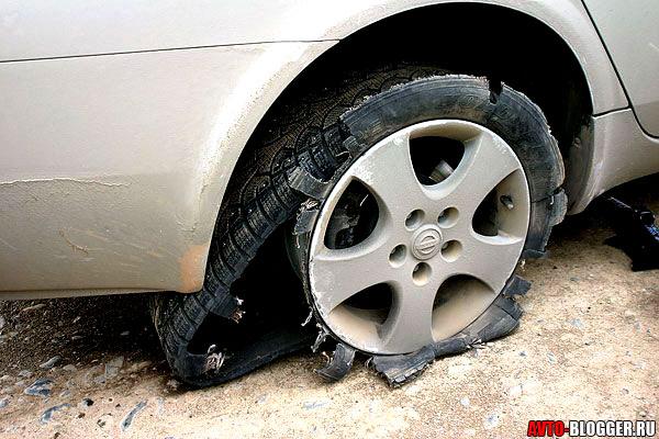 разорвало колесо сзади